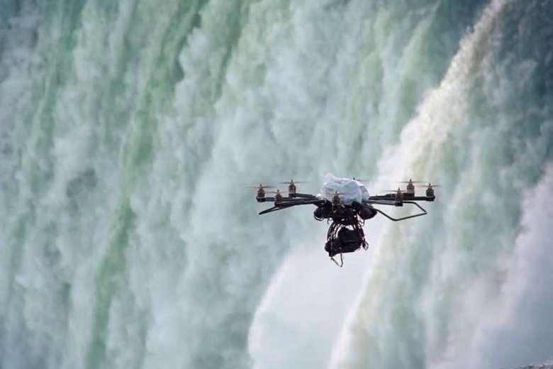 ドローンで撮影したナイアガラの滝