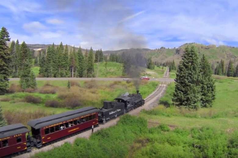 ロッキー山脈を行く蒸気機関車をドローンで撮影