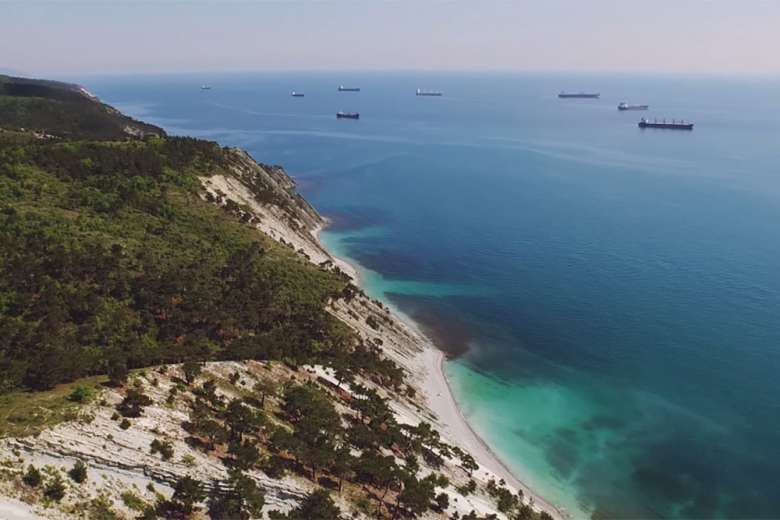 黒海の海岸沿いをドローンで空撮