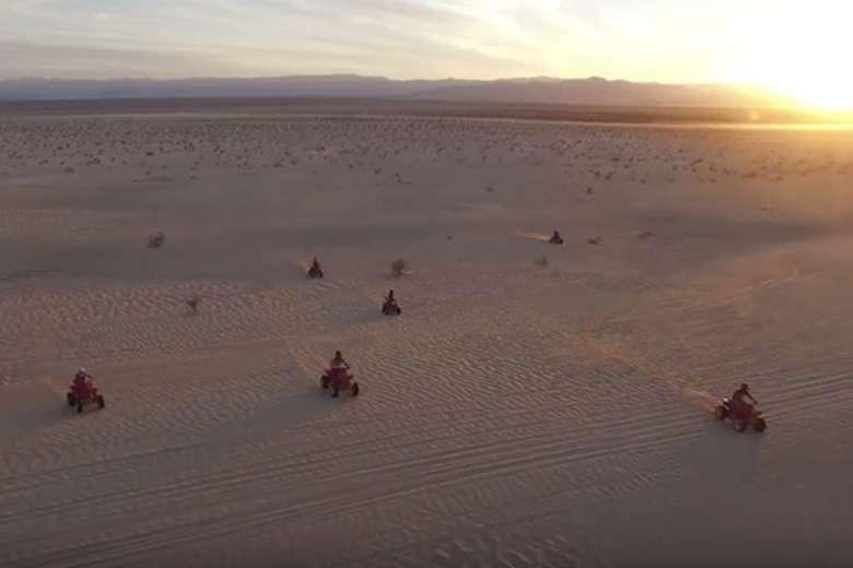 砂漠、四輪バギー、ドローン、迫力ある空撮が完成