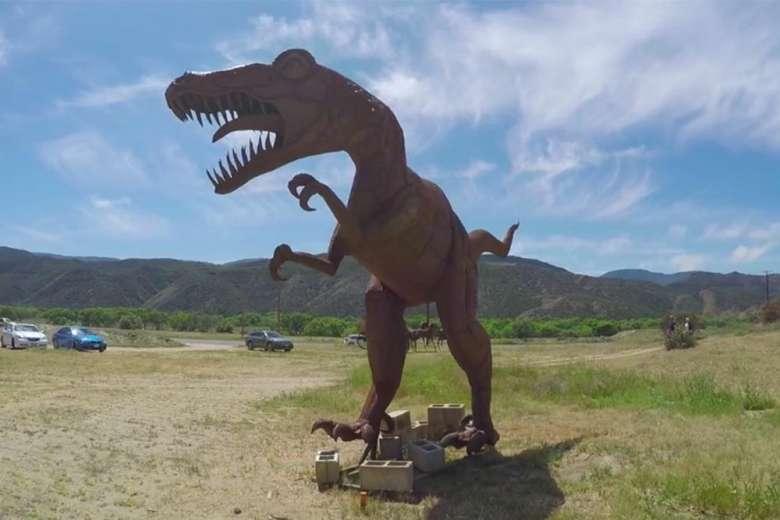 恐竜オブジェがお出迎え、アメリカらしいキャンプ映像