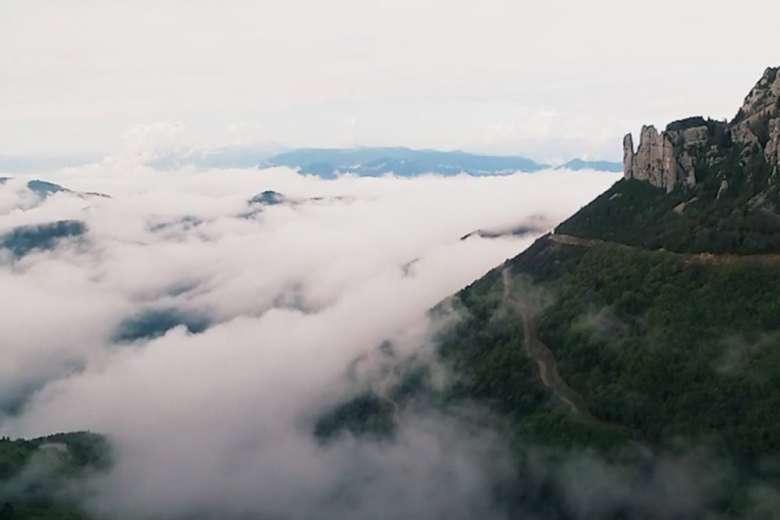 雲を味方につけて、フランス・ヴェルコルをドローントリップ