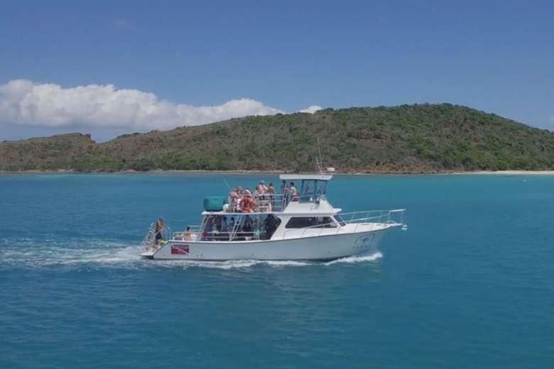 カリブ海の美しい海でボートトリップ