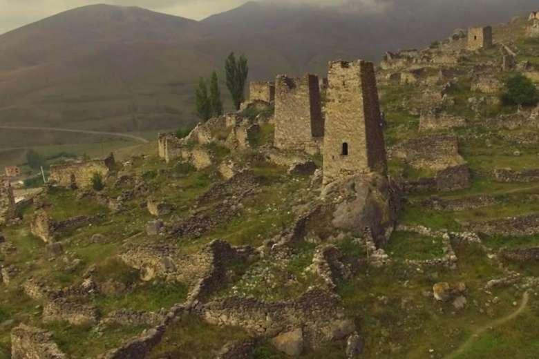 古い建造物が残るオセチアの山をドローントリップ