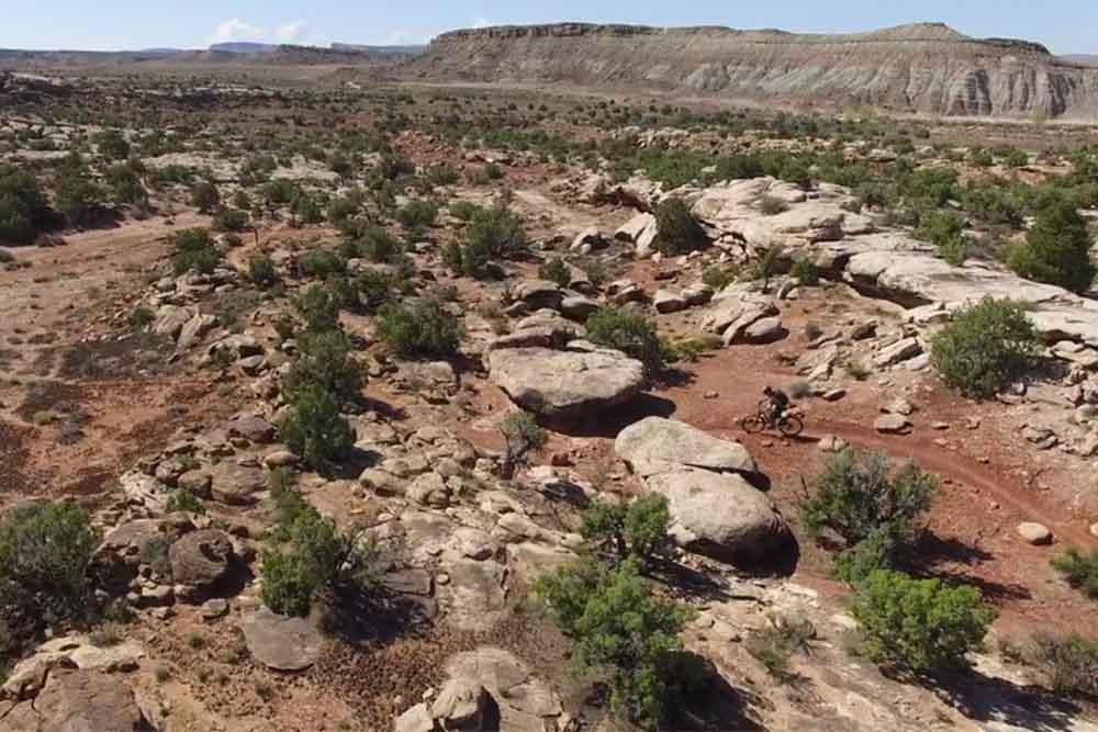 世界中のマウンテンバイカーが訪れるユタ州モアブを疾走