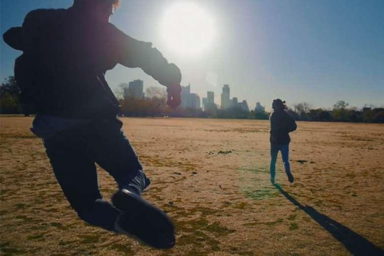 若さあふれる眩しい映像、テキサス州オースティンを友人とロードトリップ