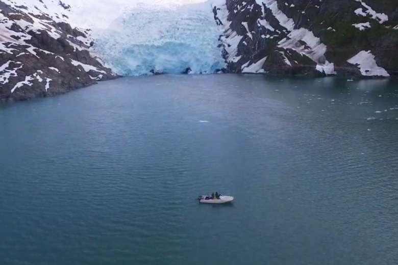 アラスカのプリンス・ウィリアム湾で、ボート&ドローンクルーズ