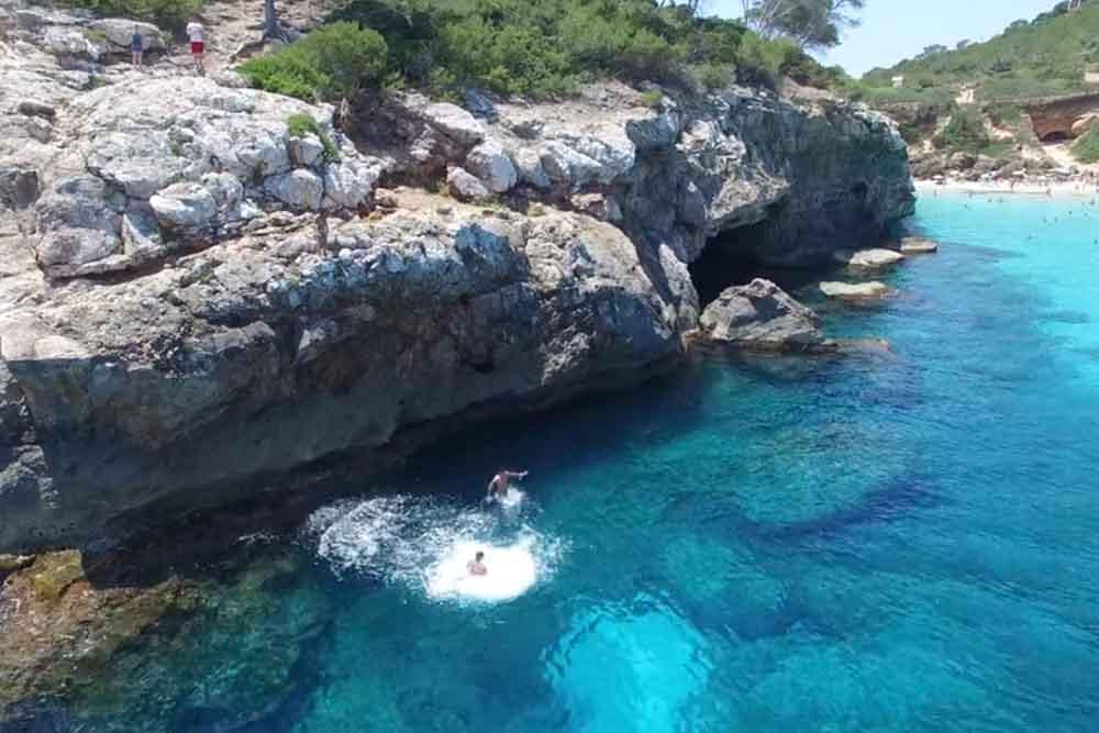 太陽と海のまぶしさに誘われて、ドローンと行くマヨルカ島