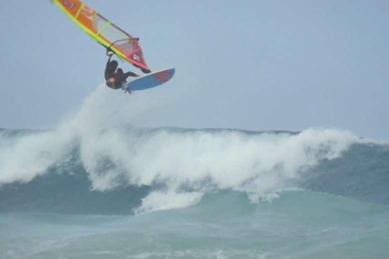 ウィンドサーフィン・波・ドローン、釘付けになる迫力映像