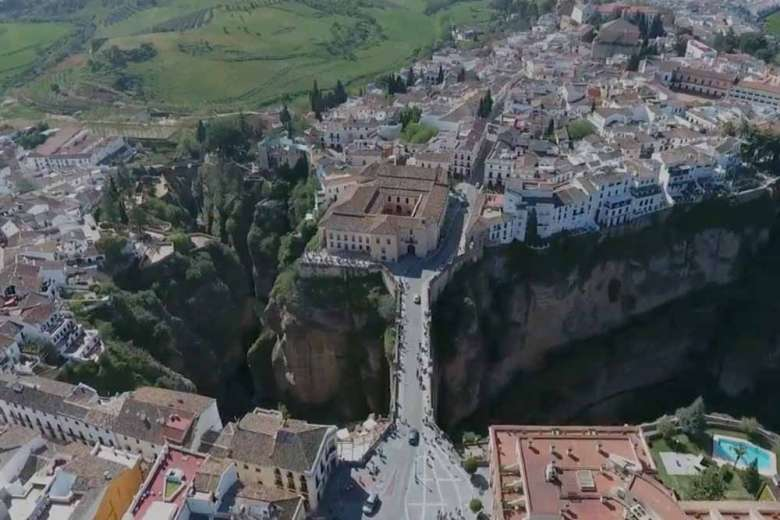 目を奪われる街並み、スペイン・アンダルシアをドローントリップ