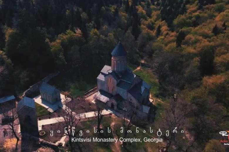 長い歴史を持つグルジアの修道院が語りかけてくるドローン映像
