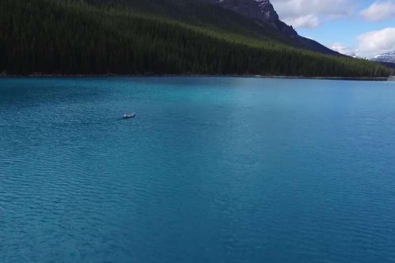 時を忘れる美しさ、カナダ・バンフの絶景湖を空撮