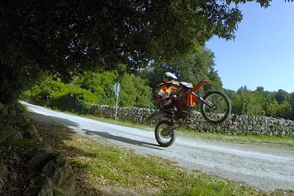 イタリアの田舎道をバイクで楽しむ