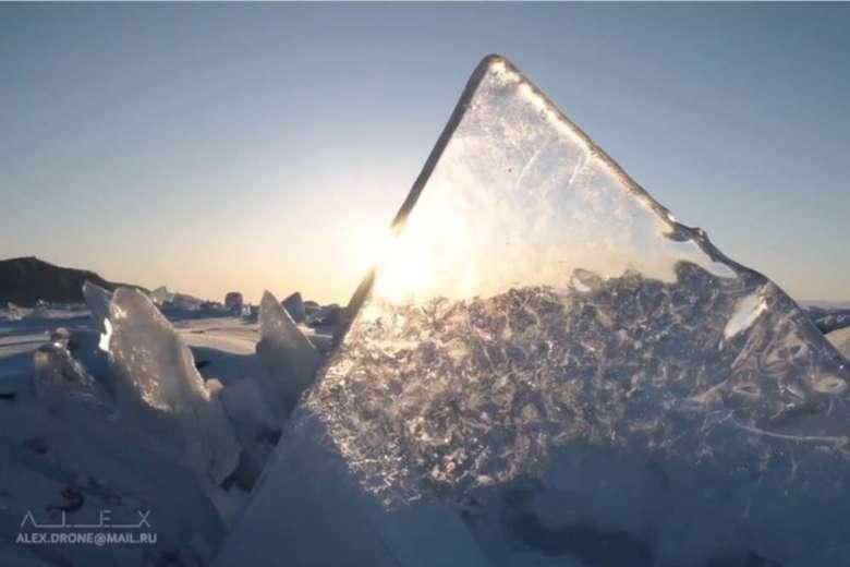 自然が生み出す氷のアート、冬のバイカル湖をドローントリップ
