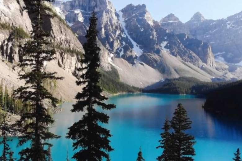 カナダのモレーン湖、夏の旅行をドローンで記録