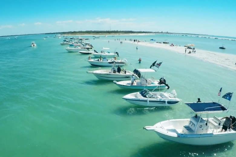 ドローンを連れて、フロリダのタンパ湾でボートクルーズ
